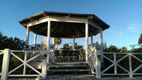 Sammy T's Beach Resort: the beachside gazebo