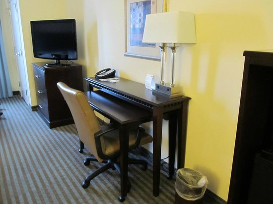 Holiday Inn Express Leland-Wilmington Area: Desk area- room 221