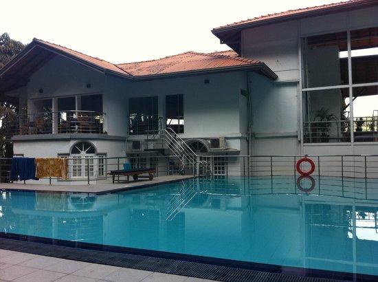 Senani Hotel : Vue de la piscine