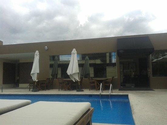 KC Hotel San Jose: piscina y cielo azul