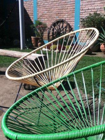 Puerta Vieja Hostel: Hermosas sillas en el jardín