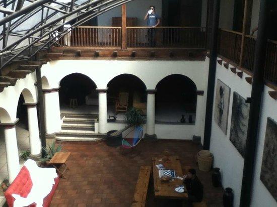 Puerta Vieja Hostel: vista de casi todo el hostel adentro