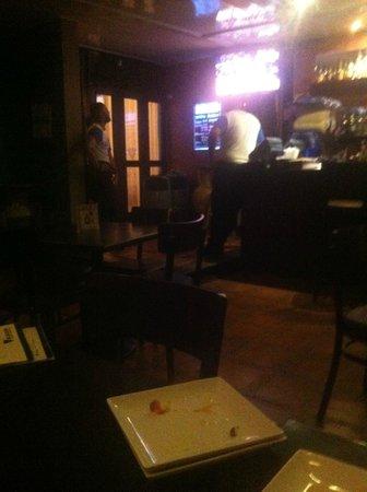 El Agave: Camareros disfrutando de su partido de basket dando espalda a sus clientes,vaya imagen!