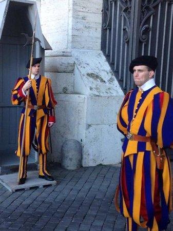 Vatikanische Museen (Musei Vaticani): De zwitserse wachten, voor de ingang van het vaticaan
