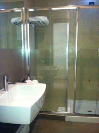 Hotel For You: bagno con comoda doccia