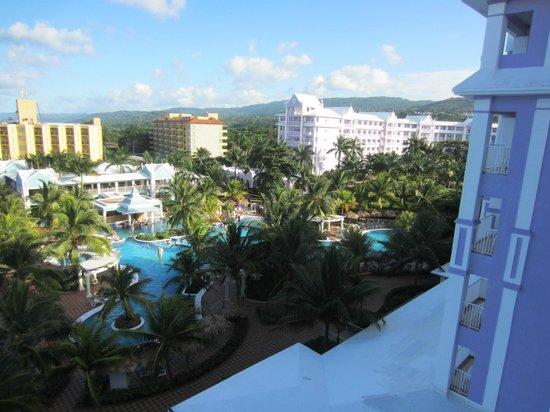 ClubHotel Riu Ocho Rios : la piscne avec une partie de l'hôtel