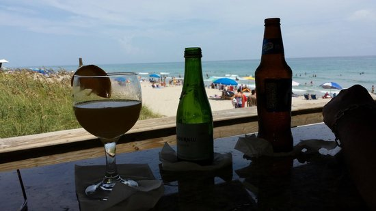 Benny's on the Beach : having a drink waiting for a table