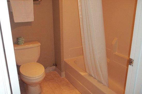 Super 8 Jessup/Baltimore Area : Clean bathroom