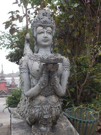 Sop Ruak - the center of the Golden Triangle : statue en haut des marches