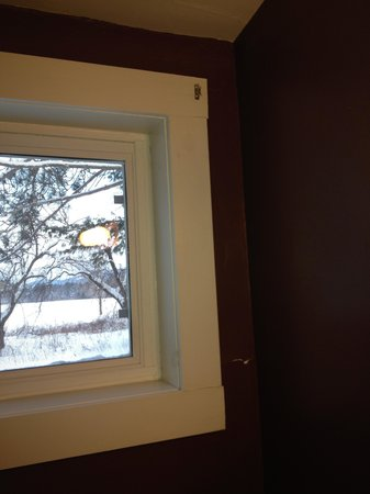 Lovett's Inn : bathroom window with fixtures but no curtain