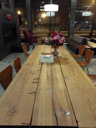 Hostelling International - Boston: Dining Table at the Lobby