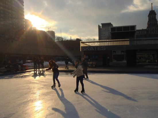 Nathan Phillips Square : the rink