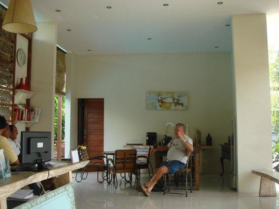 Arana Suite Hotel : Reception and dining area