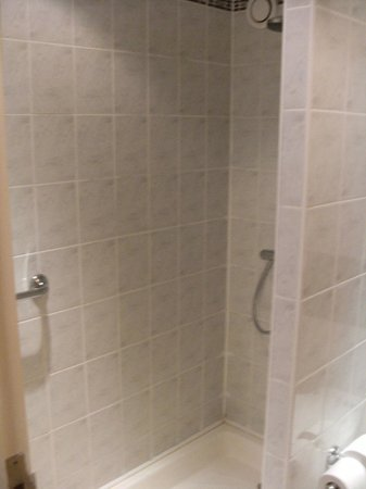 Ibis Cardiff Gate: Shower - room for two!