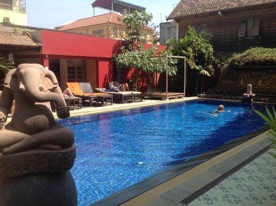 Mom's Guesthouse: piscine