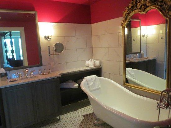 The Birchwood: nice spacious bath