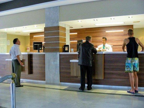 Tryp Malaga Guadalmar Hotel : Lobby desk