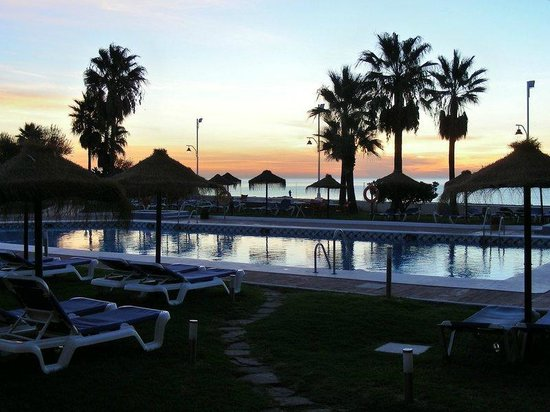 Tryp Malaga Guadalmar Hotel: Sunrise over the pool