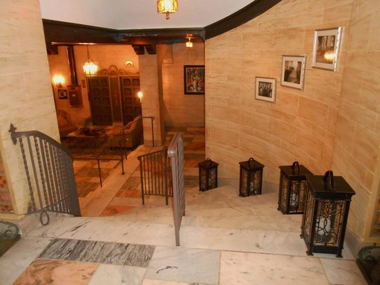 Hotel Baker: Marble stairway