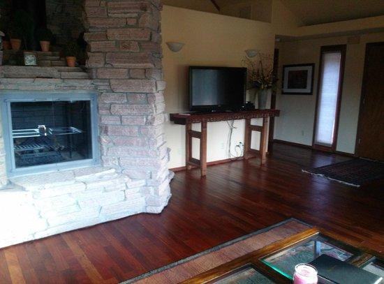 Nakoma Spa : Fireplace/TV