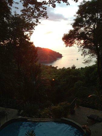 Mango Moon Villa: Sonnenuntergang/Pool