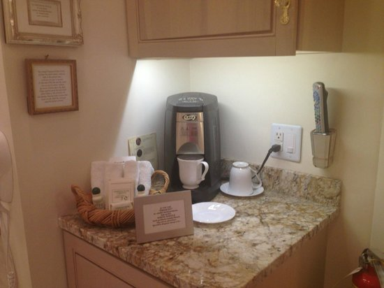 Abbington Green Bed and Breakfast Inn: Grosvenor Suite beverage area
