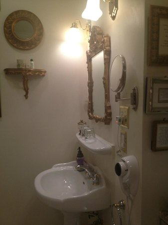 Abbington Green Bed & Breakfast Inn and Spa: Bathroom sink area