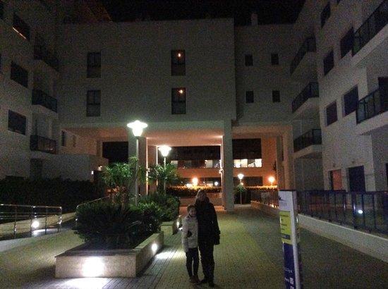 Apartamentos Turísticos Alicante Hills: В одном из внутренних дворов отеля 23.01.2014 с моей замечательной маленькой подружкой!