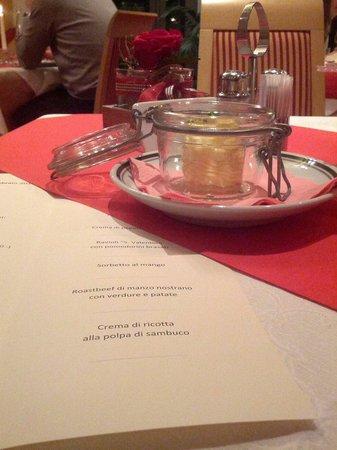 Hotel Feldthurnerhof : Particolare del tavolo