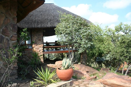 Kololo Game Reserve: Thatched cottage with big verandah overlooking the park