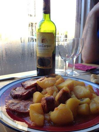 El Campo : Lomo et patates à la sauce relevée et bon petit vin espagnol!