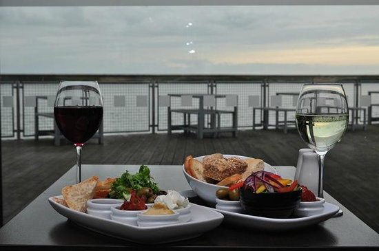 Crosby Lakeside Lodge: Enjoy a glass of wine and a sharing platter