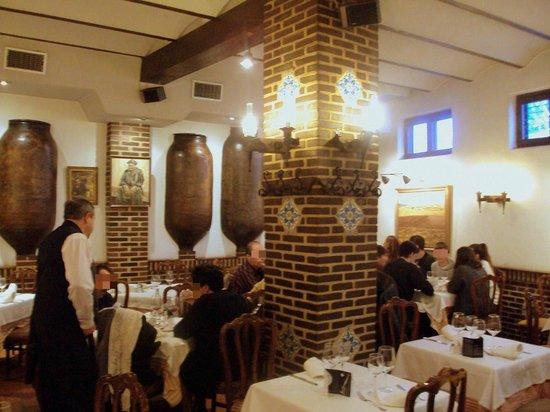 Asador las Cubas: Interior del restaurante. Cubas en la pared; le dan nombre.