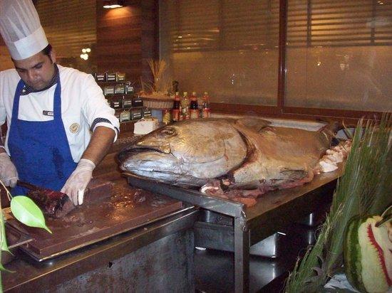 Club Hotel Turan Prince World: decoupe du thon