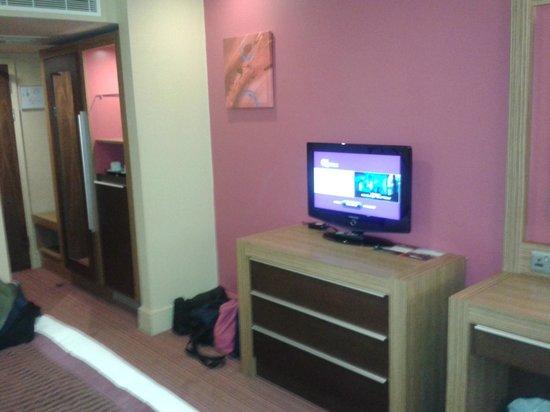 Ashford International Hotel: TV / wardrobe
