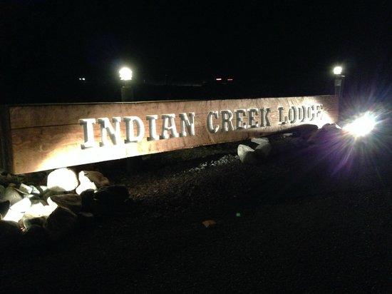Indian Creek Lodge: Lodge signage at night.