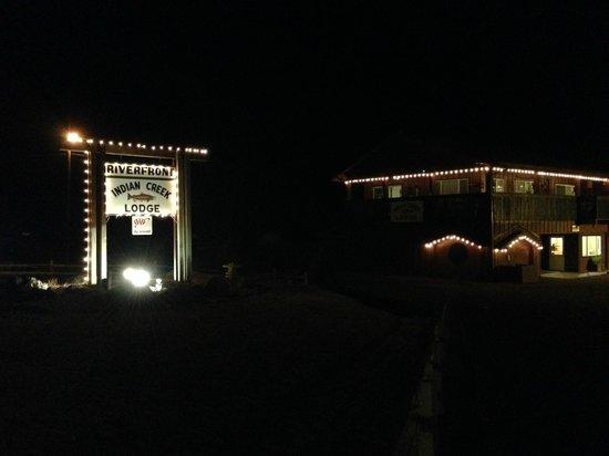 Indian Creek Lodge: Lodge at night.
