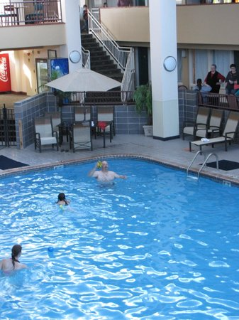 The Plaza Hotel and Suites Eau Claire : Large Pool area big enough for relaxing in and out of the water