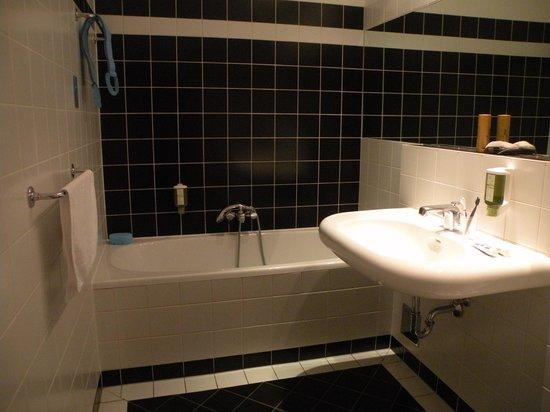Hotel KUNSThof: ванная