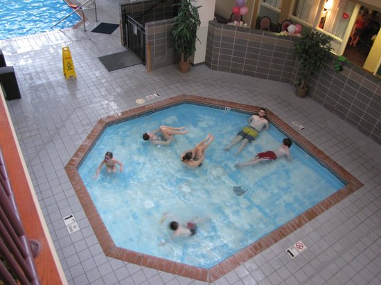 The Plaza Hotel and Suites Eau Claire : Kiddie Pool with over sized kids. But a nice feature.