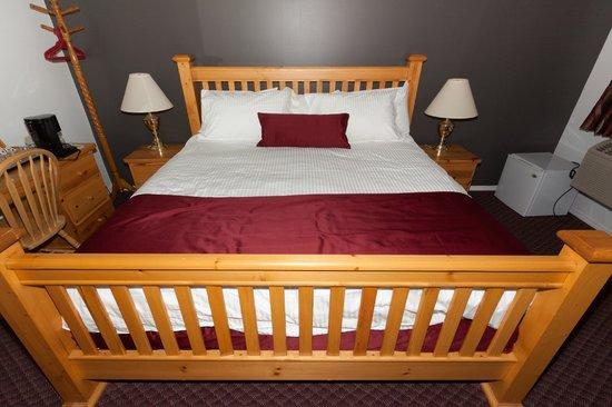 Cactus Tree Inn: king Sleigh Bed