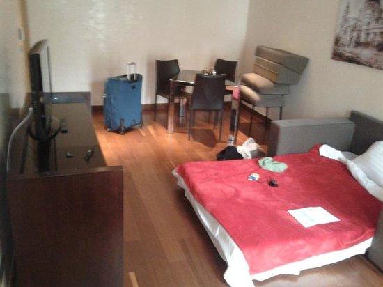 Eurostars Budapest Center Hotel : Sala da suite, com soá-cama aberto