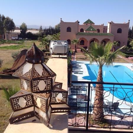 Riad Qodwa: Vanaf het zwembad naar de achterkant van de Riad gezien.