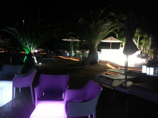 H10 Costa Adeje Palace : chill out area by night