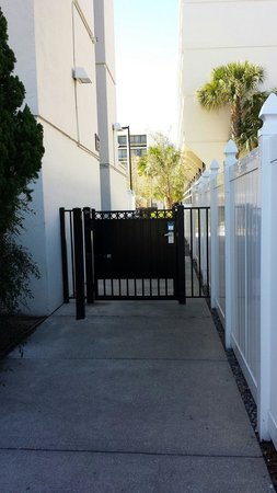 Sheraton Lake Buena Vista Resort : Gate to enter the building.  Looks like the back alley