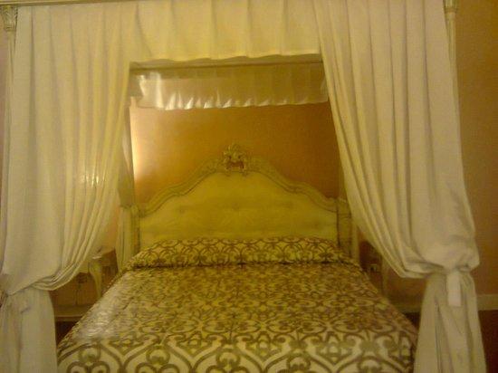 Hotel Villa Silvana: il lettone a baldacchino