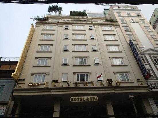 Grand Silverland Hotel & SPA: Ansicht von der Straße