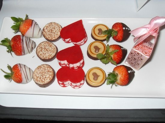 Hilton Dubai Jumeirah : Chocolate and sweet tray the staff brought to us