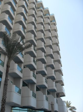 Hilton Dubai Jumeirah Beach : Outside of the hotel