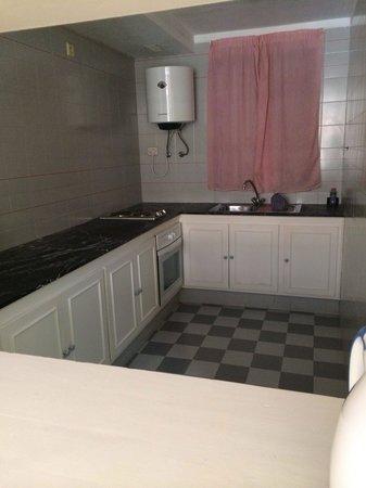 Apartamentos Playazul: Self catering kitchen, huge!